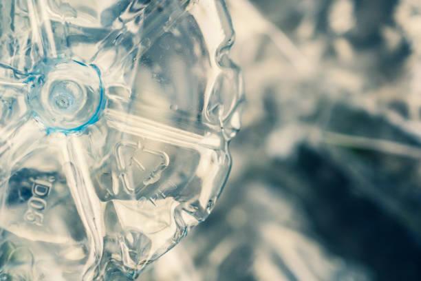 återvinnings skylt på polyetentereftalat plast flaska - pet bottles bildbanksfoton och bilder