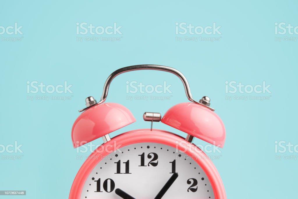 Red alarm clock on blue background - Zbiór zdjęć royalty-free (Biuro)