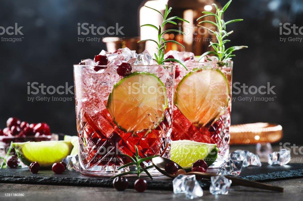 Rode alcoholcocktail met veenbessen, ijs en rozemarijn op houten achtergrond, kopieerruimte - Royalty-free Alcohol Stockfoto