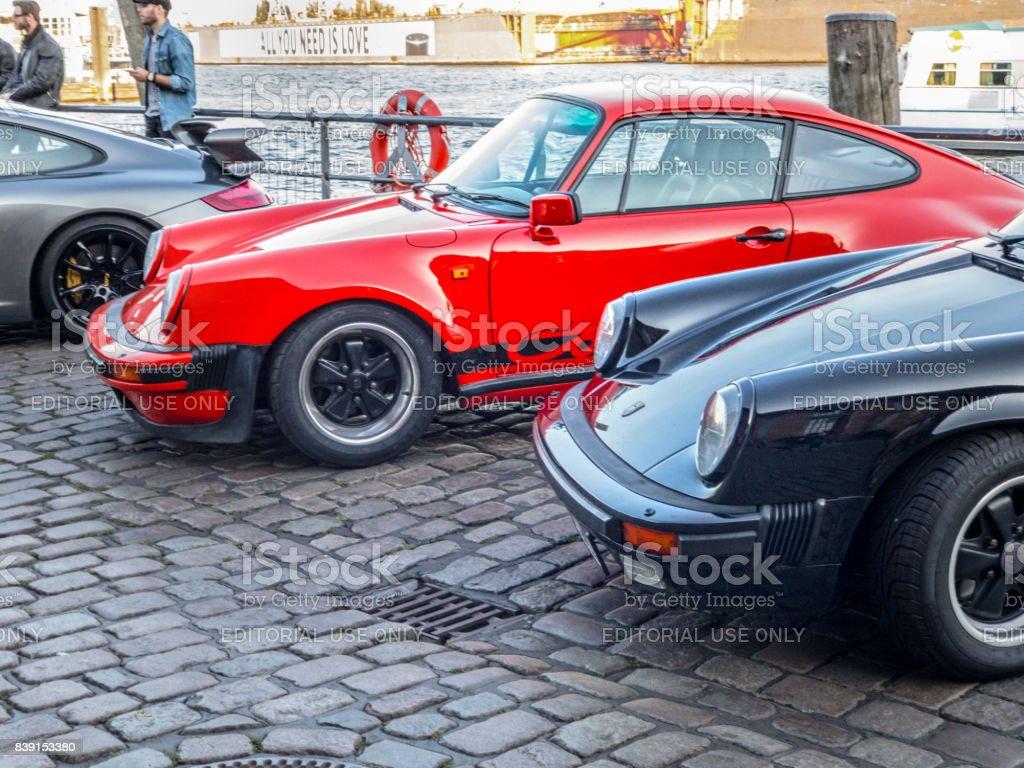 Vermelho e preto estacionaram Porsche 911 Carrera durante o evento com Magnus Walker sobre o Hamburgo do mercado de peixe - foto de acervo