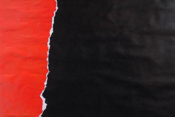 rot und schwarz zerrissen und schälen glanz papier poster mit spuren von kleber textur hintergrund. - abgerissen stock-fotos und bilder
