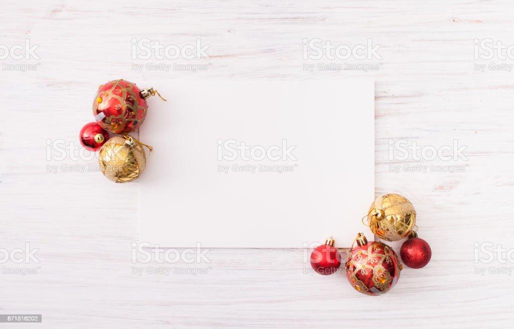 Goldene Weihnachtskugeln.Rote Und Goldene Weihnachtskugeln Auf Weißem Holz Hintergrund