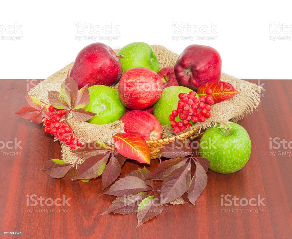Red and green apples on sackcloth in wicker basket foto stock royalty-free