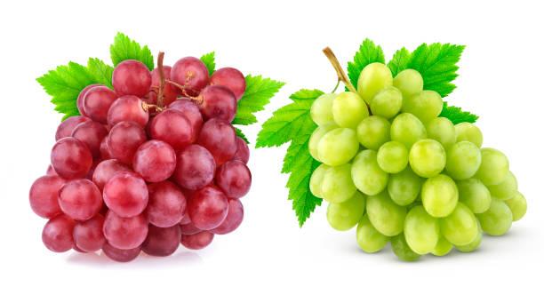 rojo y verde uva con hojas aisladas sobre fondo blanco. estudio de disparo. colección - grapes fotografías e imágenes de stock