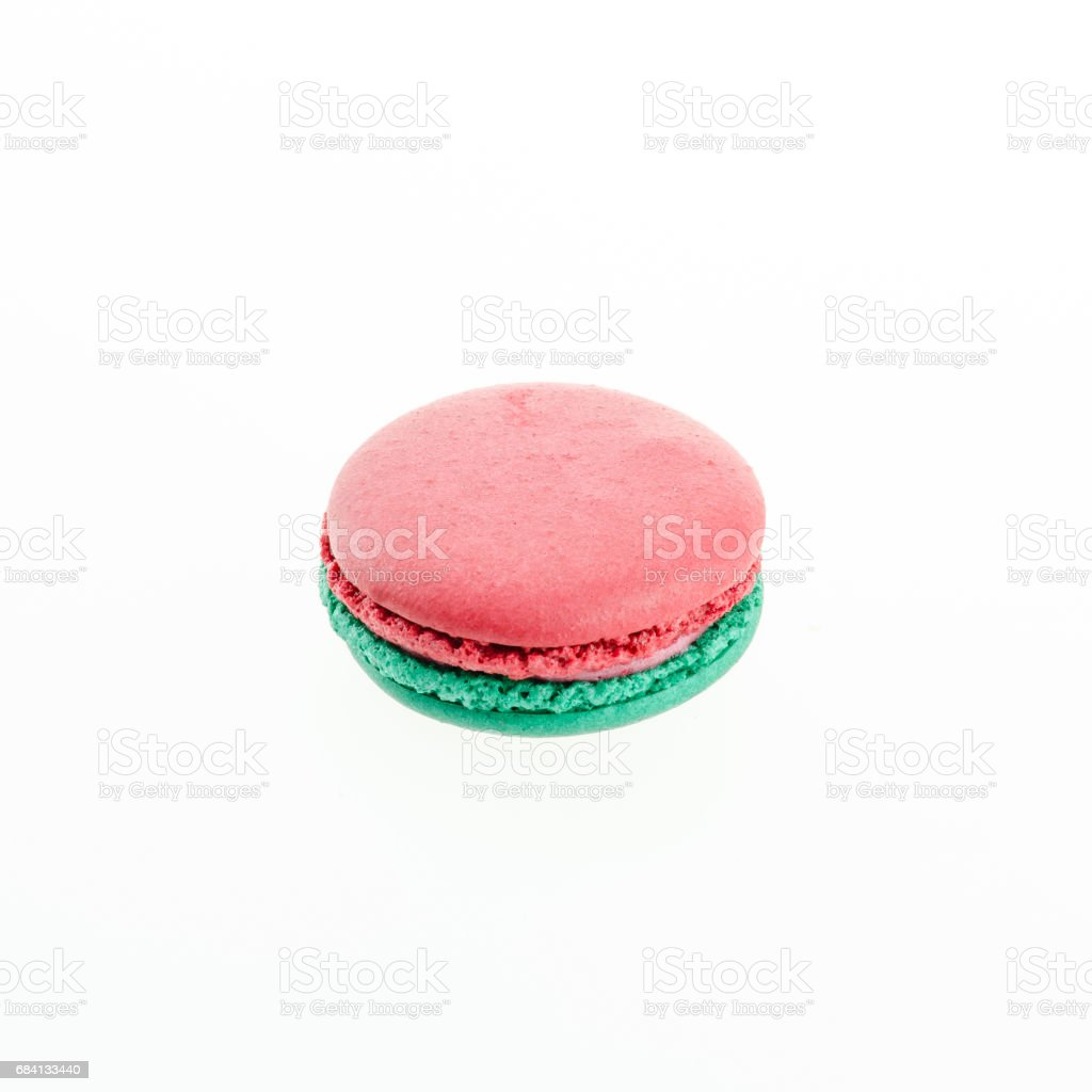 red and green macaron on white background zbiór zdjęć royalty-free