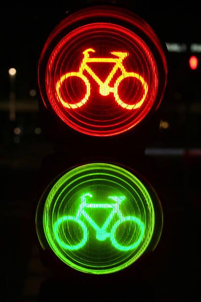 rote und grüne ampel für radfahrern bei nacht - andreas weber stock-fotos und bilder