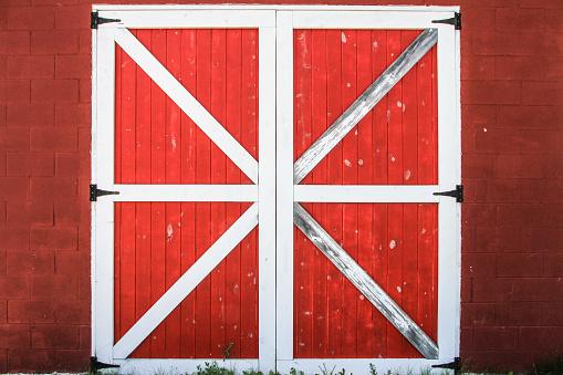 istock Red And White Barn Door 543053356