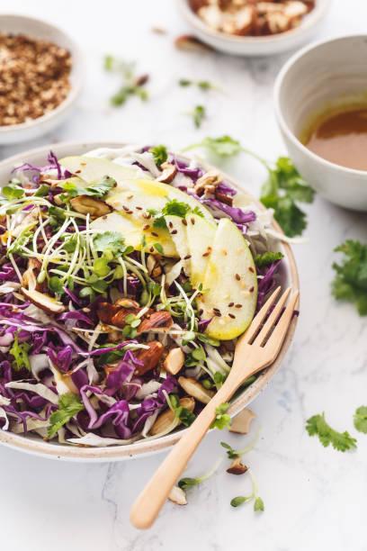 salade de chou rouge et blanc, amande, pomme  verte. sala de végétarienne - coleslaw stock pictures, royalty-free photos & images