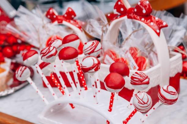 rote und weiße cake pops - deutscher schokoladen zuckerguss stock-fotos und bilder