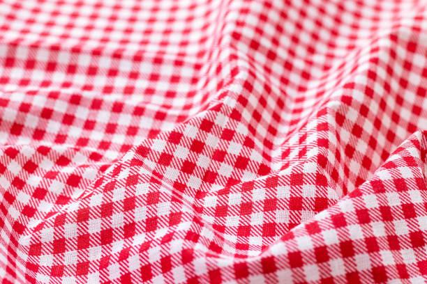 Texture de tissu à carreaux rouge et blanc. Fond de coton coloré vif froissé. Mise au point sélective. Vue de plan rapproché - Photo
