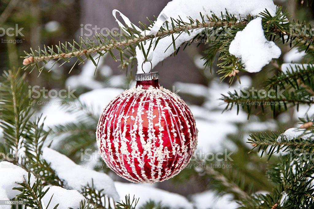 레드 및 화이트 크리스마스 볼 매달기 트리 royalty-free 스톡 사진