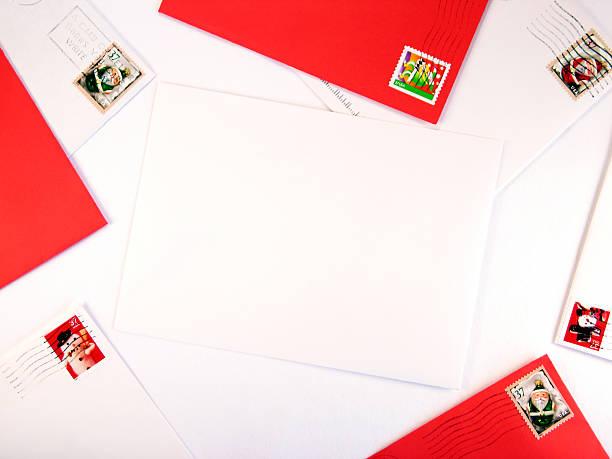 rote und weiße weihnachten grenze um eine leere mail envelope - weihnachtskarte stock-fotos und bilder