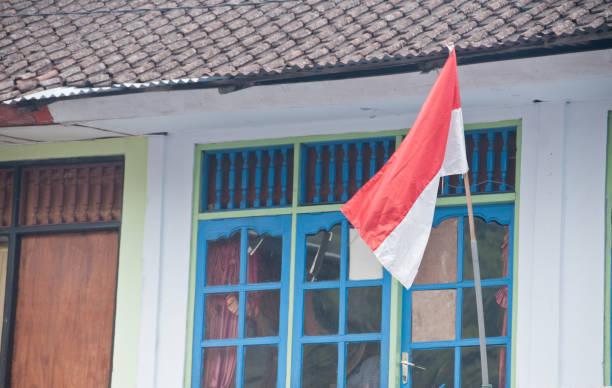 bandeira vermelha e branca indonésio em um repouso - bandeira da indonesia - fotografias e filmes do acervo