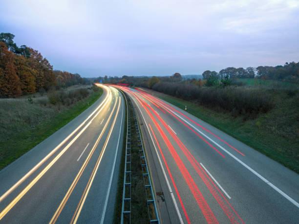 Rote und weiße Licht Spuren auf der Autobahn bei Tag, Rückleuchten und Scheinwerfer des Autos – Foto
