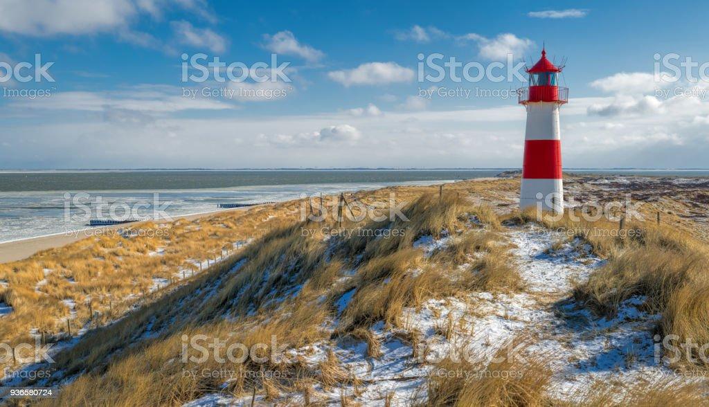 Rot-weiße Leuchtturm auf Sanddüne in Schnee, Insel Sylt, Deutschland – Foto