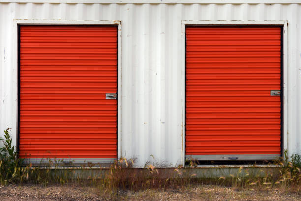 rote und weiße lagereinheit - schuppen türen stock-fotos und bilder