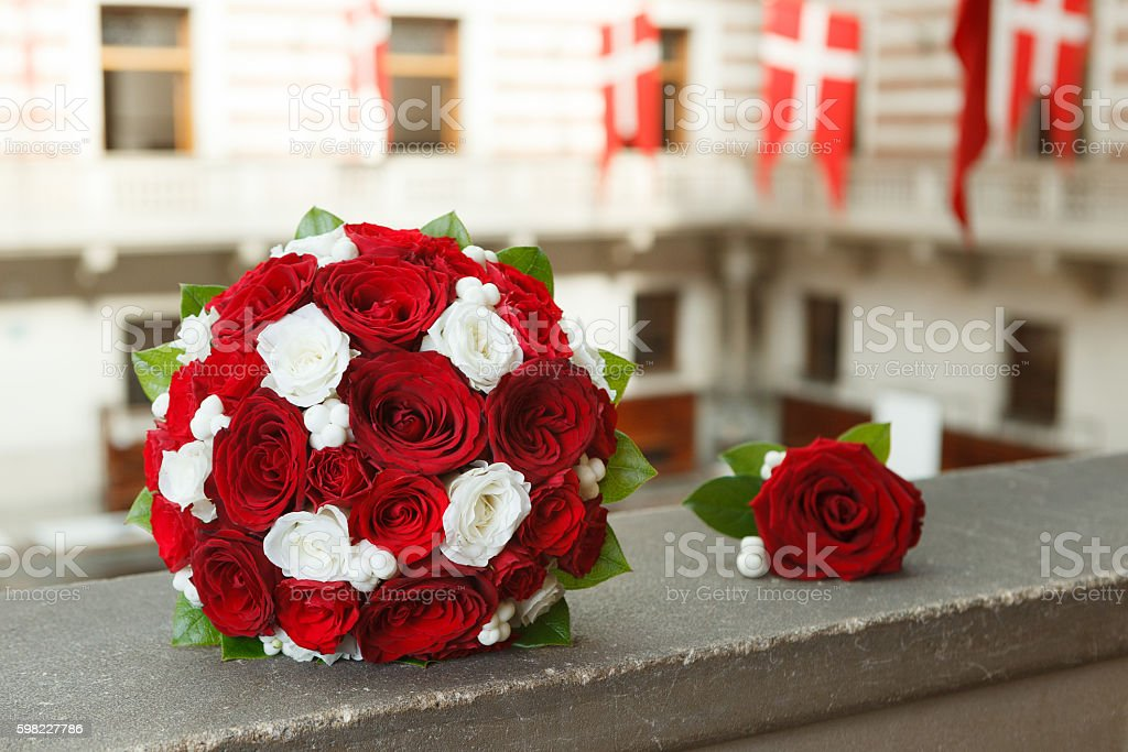 Red and white wedding bouquet and a boutonniere foto royalty-free