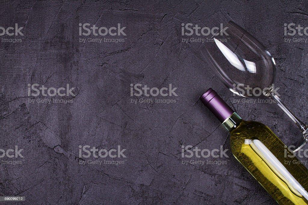 Red and white wine glass and bottle royaltyfri bildbanksbilder