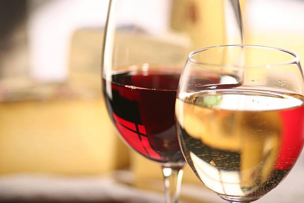 Vinhos tinto e branco com queijo - foto de acervo