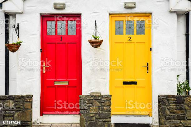 Red And Yellow Door - Fotografie stock e altre immagini di Arredamento