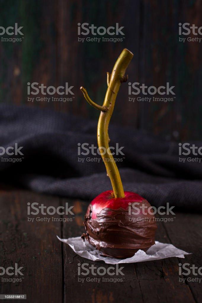 manzana roja en chocolate negro - foto de stock