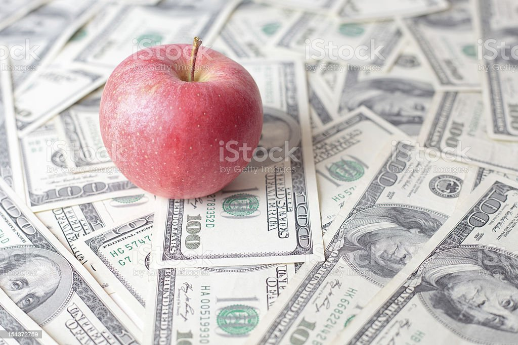 red apple en billetes de dólar - foto de stock