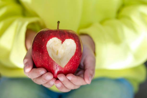 Roter Apfel mit Herzsymbol – Foto