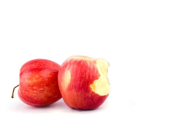 roter Apfel mit fehlenden einen Bissen auf weißem Hintergrund gesunden Apfel Obst essen isoliert – Foto