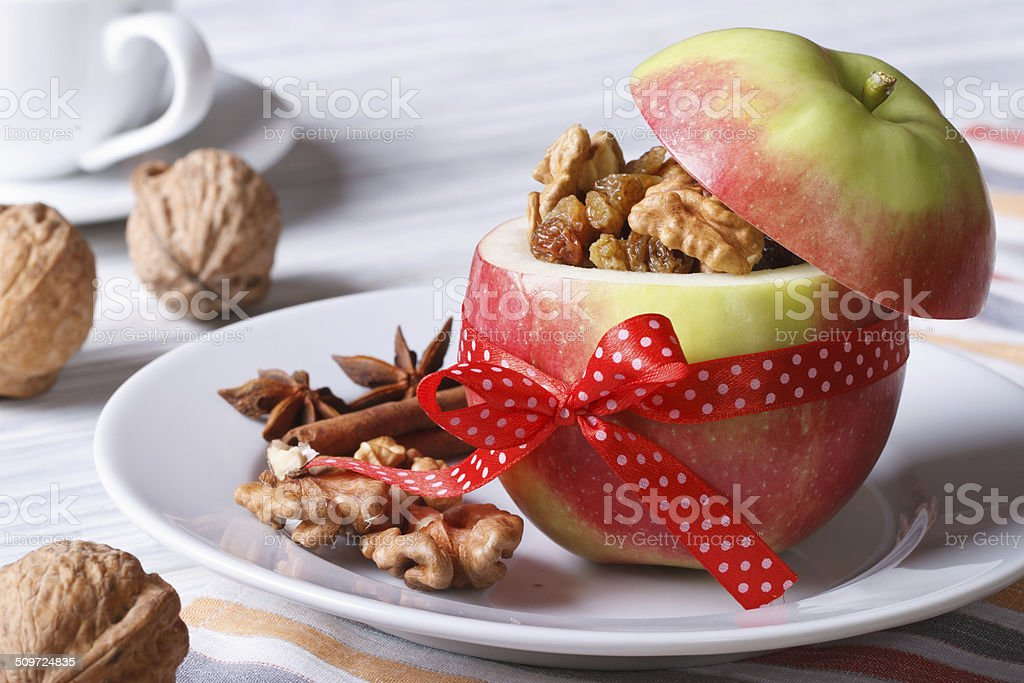 Red apple con nueces y pasas y café en la tabla - Foto de stock de Al horno libre de derechos