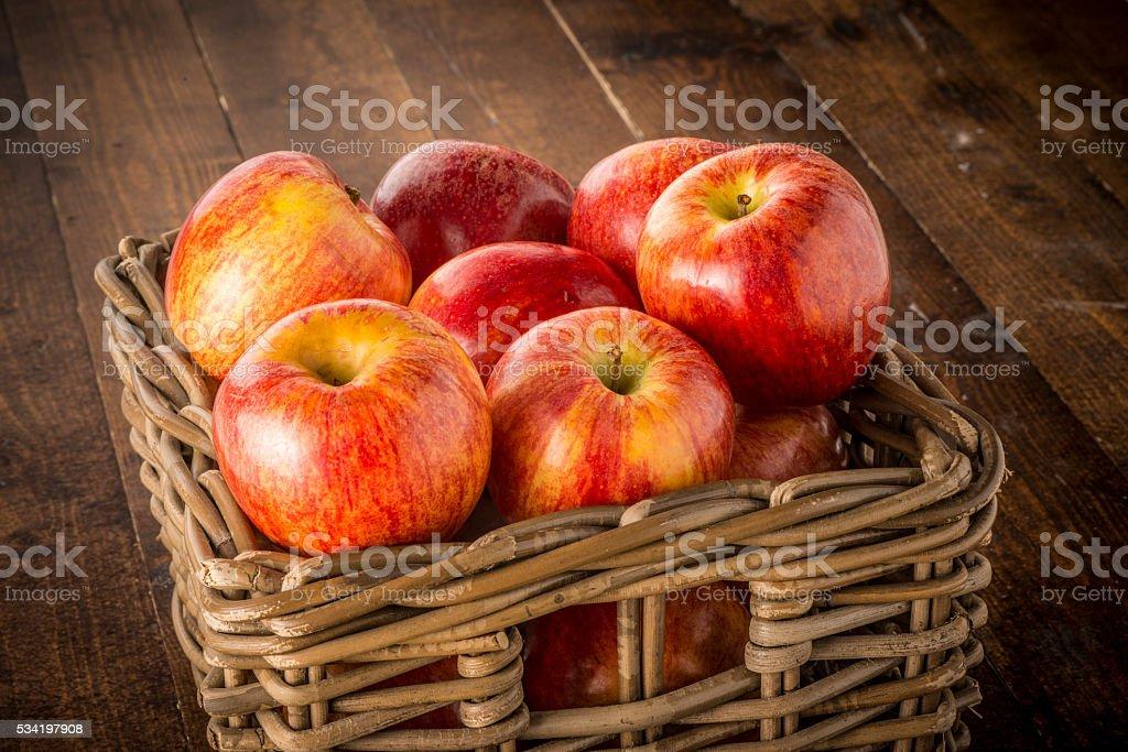 Manzanas Rojo en la cesta - Foto de stock de Alimento libre de derechos