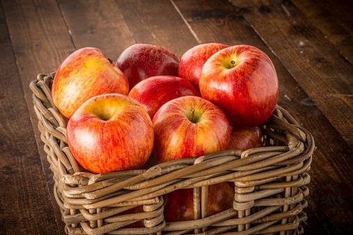 Manzanas Rojo En La Cesta Foto de stock y más banco de imágenes de Alimento