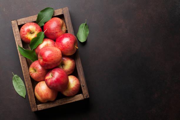 rote äpfel in holz kiste - apfel stock-fotos und bilder