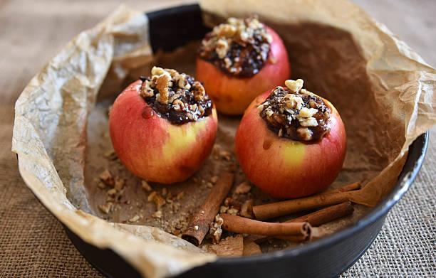 rote äpfel für backen - bratäpfel stock-fotos und bilder