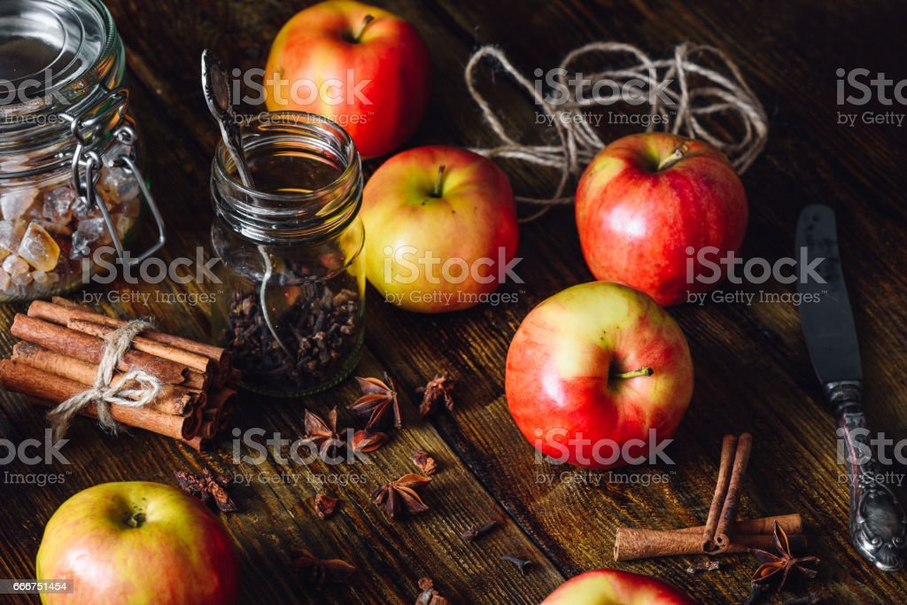 Red Apples with Clove, Cinnamon and Anise Star. foto stock royalty-free