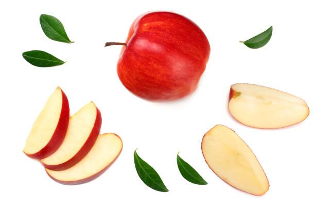 rode appels met plakjes geïsoleerd op een witte achtergrond. bovenaanzicht - appel stockfoto's en -beelden