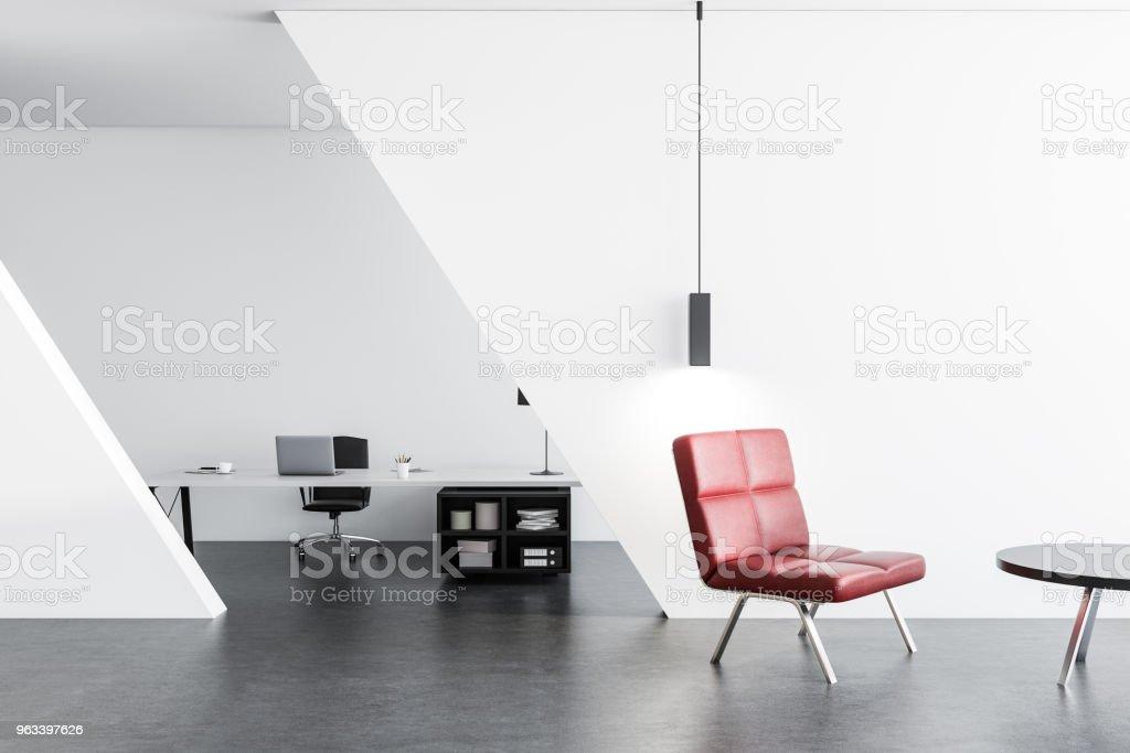 Poczekalnia biurowa z czerwonym fotelem - Zbiór zdjęć royalty-free (Biznes)