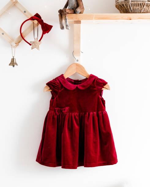 rote baby weihnachten kleid - tüllkleid stock-fotos und bilder