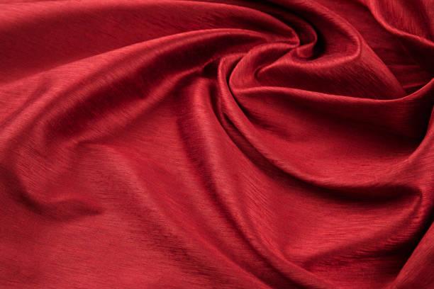 tissu de luxe fond rouge ou plis ondulés de velours satin de soie texture grunge - concave photos et images de collection