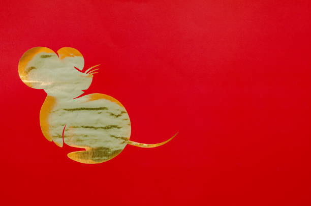 roter hintergrund, der in rattenform als chinesischer tierkreis auf goldpapier geschnitten. - zwetschgenmus stock-fotos und bilder