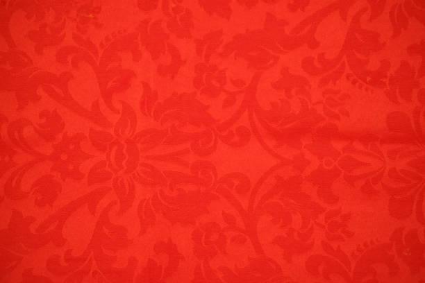 fond rouge avec décor damassé - damas en matière textile photos et images de collection