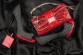 赤バッグ、靴や perfume に横たわるブラックのサテン