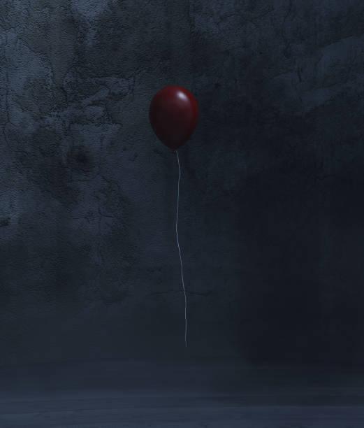 roten ballon in einem dunklen raum - horror zirkus stock-fotos und bilder