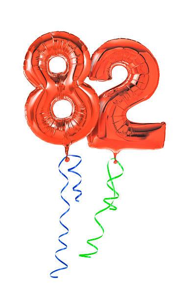 rote luftballons mit band-nr. 82 - wie lange leben fliegen stock-fotos und bilder
