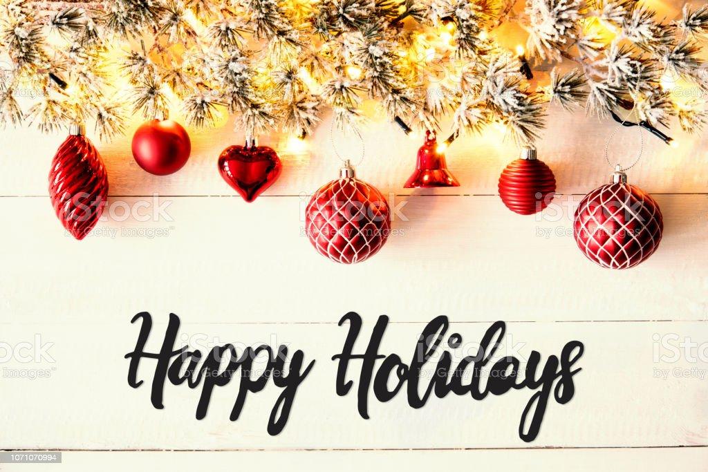 Rote Kugeln, Kalligraphie Happy Holidays, Lichterketten – Foto