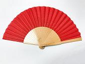 白い背景の赤い竹ファン
