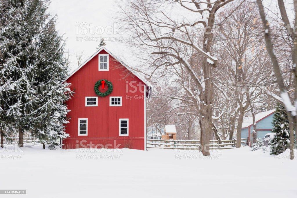 Red barn in the snow - rural winter scene - Foto stock royalty-free di Agricoltura