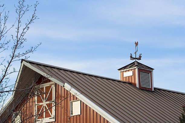 Rote Scheune mit Metall-Dach – Foto