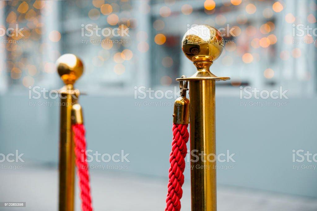 Roten Barriere Seil zwischen zwei goldenen Säulen – Foto