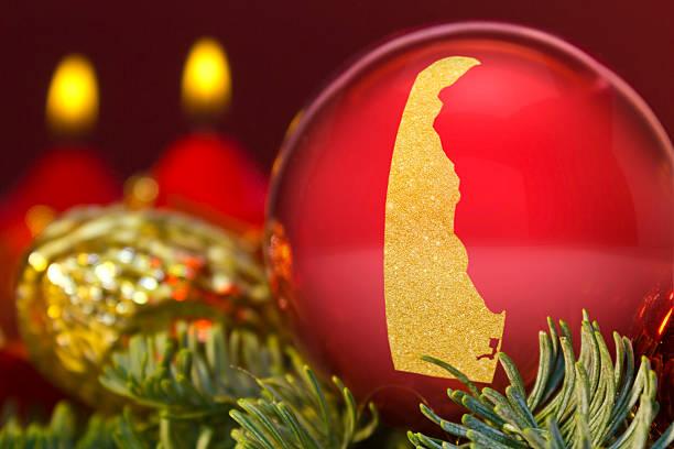 "rote christbaumkugel mit dem golden form im bundesstaat delaware ""kennen (serie - karten de stock-fotos und bilder"