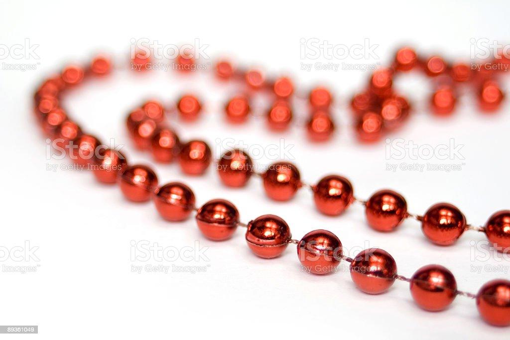 Rosso perline a forma di cuore isolato su bianco foto stock royalty-free